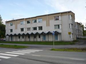 Het appartementsgebouw gezien vanaf de weg.