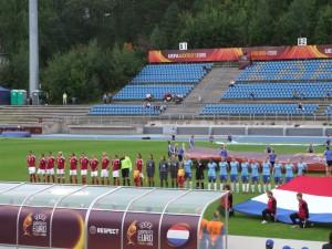 Spelers staan klaar voor de volksliederen