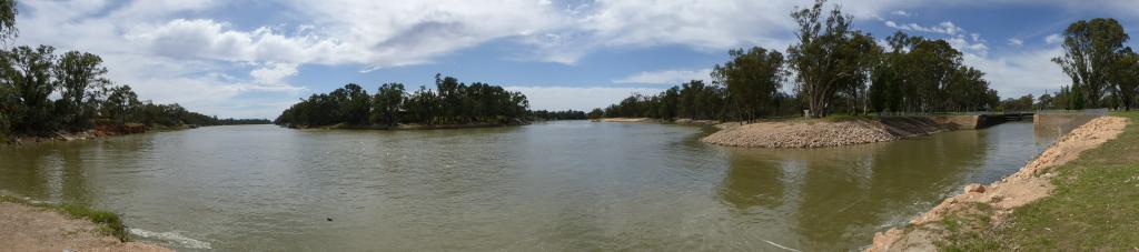 Panorama van een 3-sprong in de plaatselijke rivier.