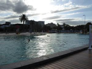 Dit is een gratis zwembad met strand, lifeguard, kinderbadje en er wordt meer bijgebouwd.