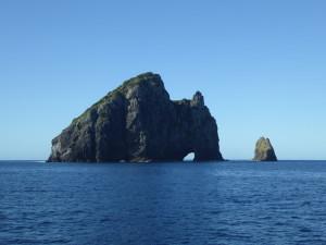 De naam van het eiland spreekt voor zich: Hole in the Rock.