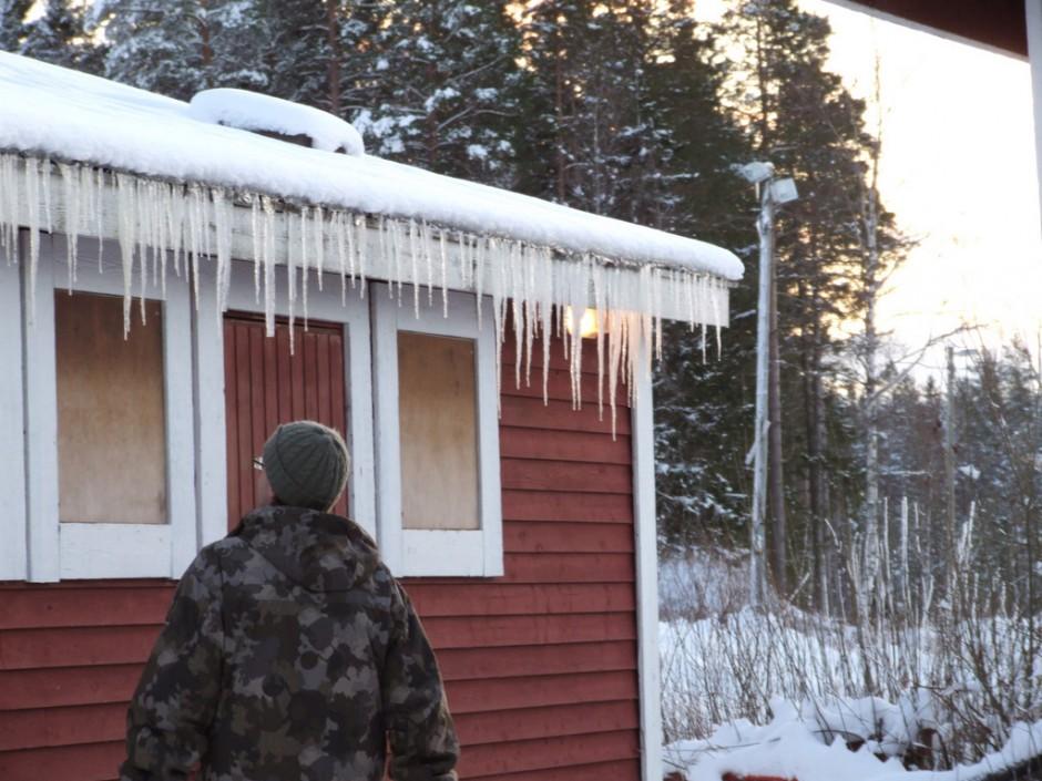 Ijspegels hangen aan de daken