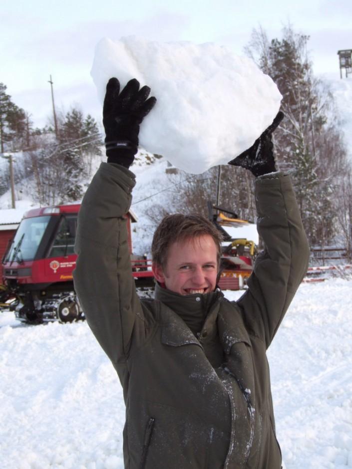 Johannes met een groot blok sneeuw